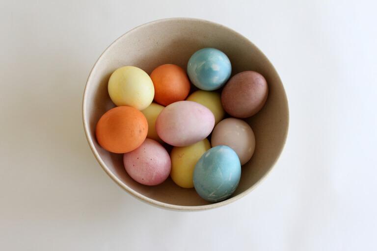 naravno barvanje jajc