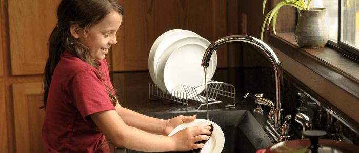 10 razlogov zakaj so gospodinjska opravila za otroke pomembna