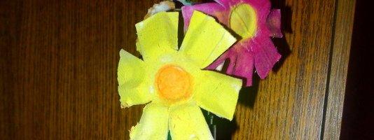 Pomladne rožice v reciklirani vazi